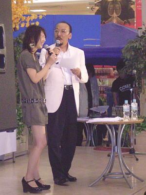 クイズの合間にトークをする佐藤さんとキヨぴ〜