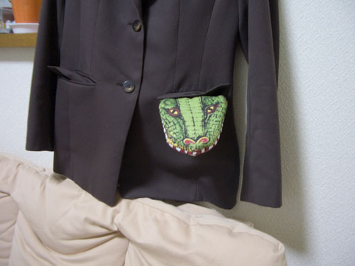 スーツにワニ