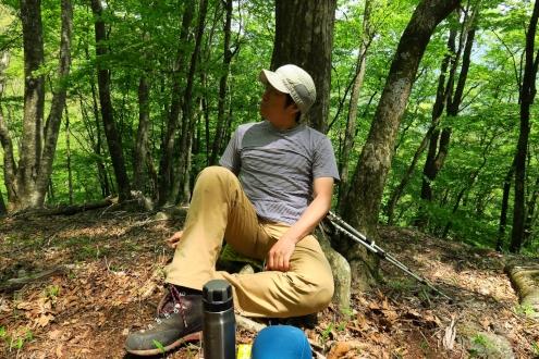 木陰の大木を背にして休憩中