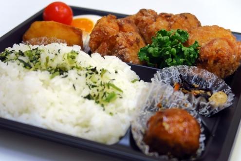 鶏撰の唐揚弁当