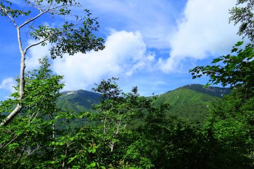 窓明山と三ツ岩岳