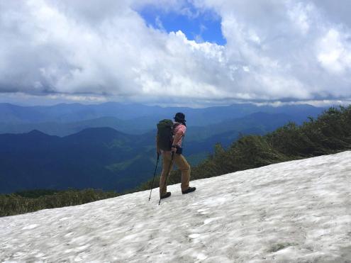 三ツ岩岳山頂直下の雪渓