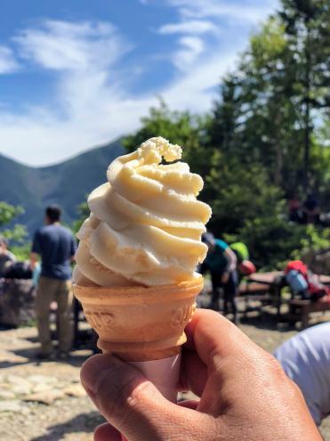 白根御池小屋の桃ソフトクリーム