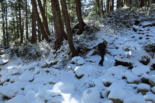 岩ゴロゴロ地帯の雪