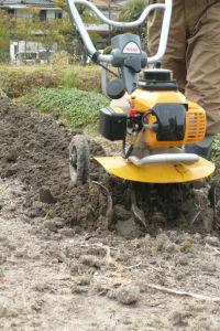 耕運機で耕す