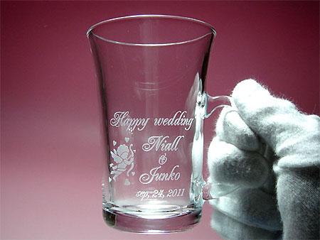 ご結婚祝いに名入れガラスのペアマグカップ
