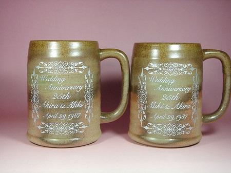 銀婚式祝いに、名いれ彫刻、ペア陶器のビールジョッキ