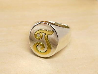 イニシャルの指輪デザイン