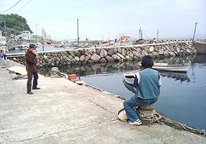 スケッチしているえっきーさんを写真に撮る大井先生