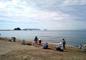 祝島を眺めながら虹ヶ浜の清掃作業