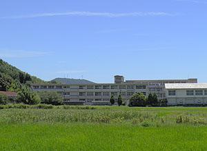 田んぼの中の熊毛南高校