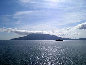 大島から眺める室津半島・皇座山