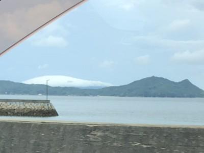 雲をかぶった祝島