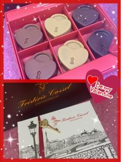 Elisa先生は可愛いハートの錠の形をしたチョコレート