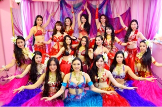 Emily Diamond Japan 所属のベリーダンサー&ベリネシアンダンサーも心を込めて踊りを披露させて頂きます。