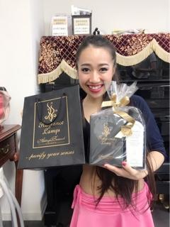 土曜日クラスのAyaliel とHikari さんのダンサー親子より豪華で美しいフレグランスランプを頂きました。箱を開けた瞬間に宝石の様な輝きを放ち、私たちは暫しうっとりとしておりました。香りも優しく癒してくれました。 お誕生日おめでとうございます、とHikari さんの可愛らしい声でお言葉を頂き胸がキュンとなりました。 毎年素敵な誕生日プレゼントを頂きとても幸せに思います。大切に大切に飾らせて頂きます。
