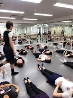 先週開催を致しました上瀧達也先生によるクラシックバレエのワークショップ第2回目、改めましてご参加頂きました生徒皆様有難うございました。 そして、ご多忙なスケジュールの中、私の生徒の為に親切丁寧に真心を込めてご指導下さいました上瀧先生、誠に有難うございました。④