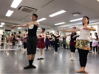 必ず役に立つストレッチは勿論、バーレッスンにセンターレッスンと内容はダンスの基礎を作る為に大切な情報と実践が盛り沢山でした。