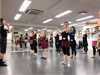 必ず役に立つストレッチは勿論、バーレッスンにセンターレッスンと内容はダンスの基礎を作る為に大切な情報と実践が盛り沢山でした。②