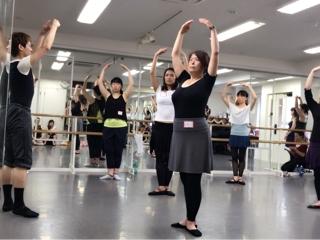 必ず役に立つストレッチは勿論、バーレッスンにセンターレッスンと内容はダンスの基礎を作る為に大切な情報と実践が盛り沢山でした。④