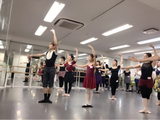 必ず役に立つストレッチは勿論、バーレッスンにセンターレッスンと内容はダンスの基礎を作る為に大切な情報と実践が盛り沢山でした。⑦