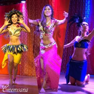 あゆみさんの絵の素晴らしさに感激!タヒチを感じる可愛らしい絵(^^)  Ememoanaはベリーダンスを1曲とベリネシアンダンスを2曲踊って下さいました。
