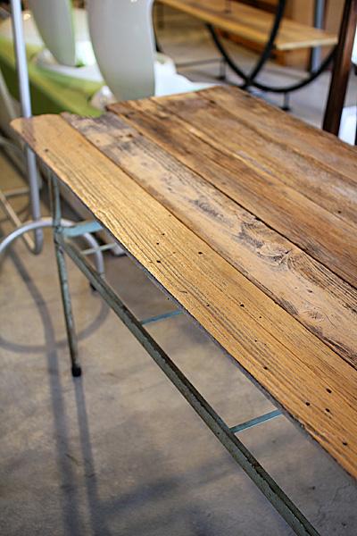 店舗什器 ディスプレイ家具 古木とスチール脚のテーブル