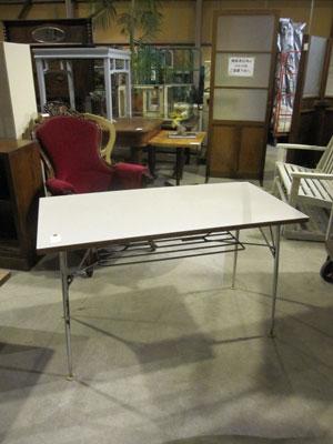 白天板のスチール脚テーブル