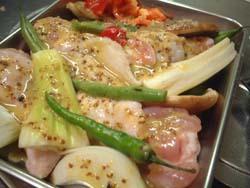 鶏手羽元と野菜をマリネ液に漬け込む