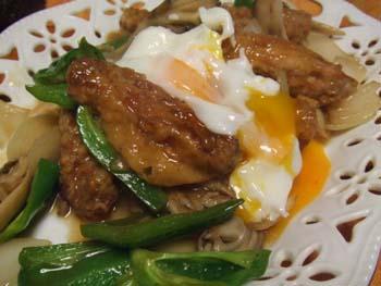 鶏の手羽中の中華炒め 温卵のっけ