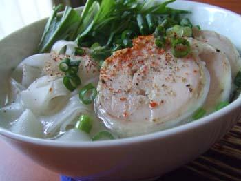 鶏ハムの茹でスープでフォーの汁麺