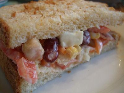 豆サラダのサンドイッチ