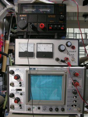 電源とかでかい装置3段積み。