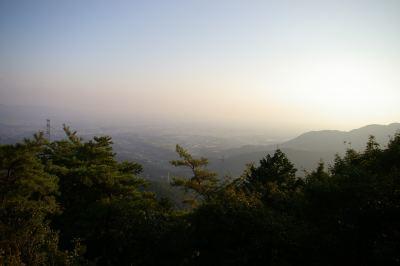 遠景は霞がかってイマイチ。