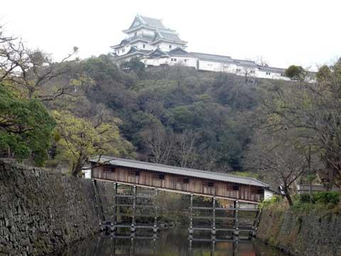 御橋廊下越しの和歌山城