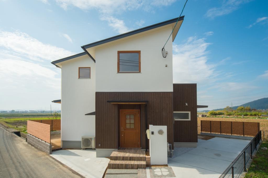 注文住宅 朝倉郡筑前町 漆喰と杉板と片流れの屋根の家