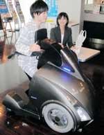 新開発の1人乗り電気自動車「ロデム」=東京都新宿区の早稲田大学
