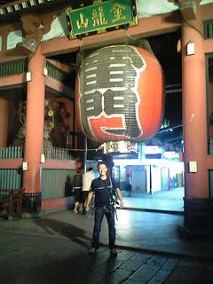 観光の名所、浅草・雷門で記念撮影