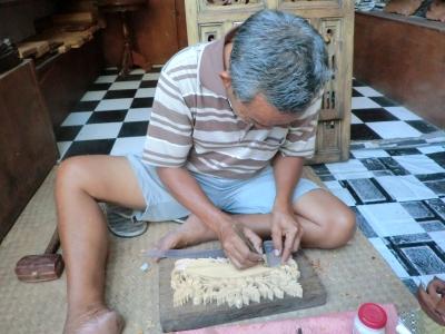 木を彫るおじさん