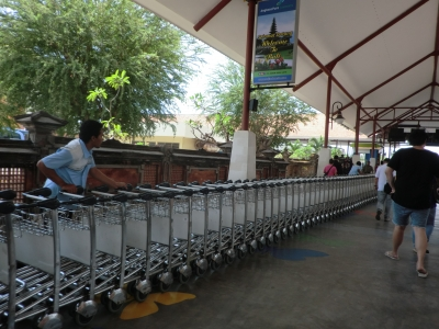 空港でカートを運ぶスタッフ