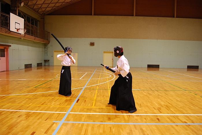 右足前の八双(剣術・御幸の型) 抜刀体勢の居合者