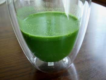 まずはフルーツ青汁飲んでみました!75mlの冷たいお水で溶くだけ!
