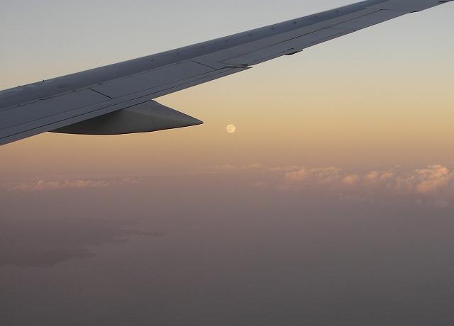 飛行機と月