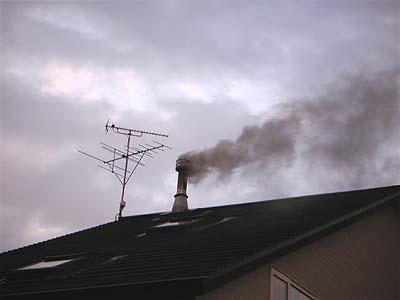 薪ストーブのつけはじめの煙