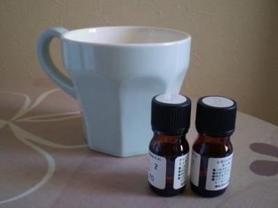 アロマオイルとマグカップの蒸気吸入法