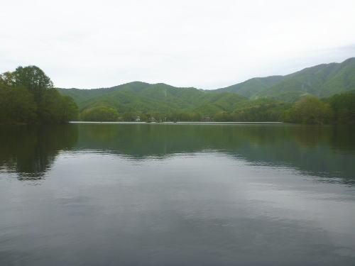 雨上がりの曽原湖