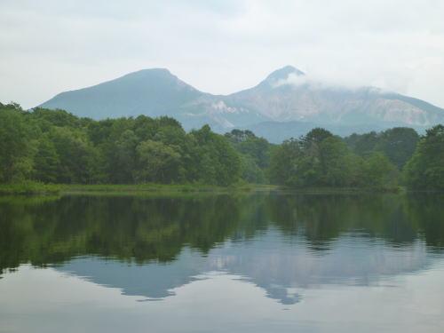 小野川湖から会津磐梯山を臨む