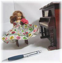 お人形サイズは15センチくらい、オリジナルドレスを着ています