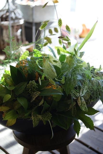 様々な緑の中にカボチャを忍ばせたアレンジ