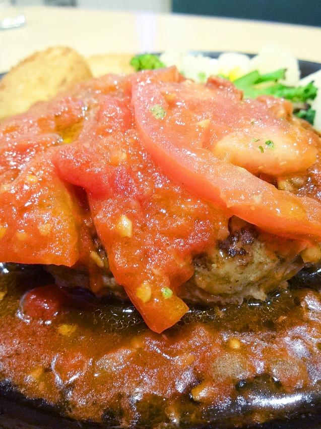 草加西町のガストのフレッシュトマトとバジルのイタリアンチーズINハンバーグのさらにアップ